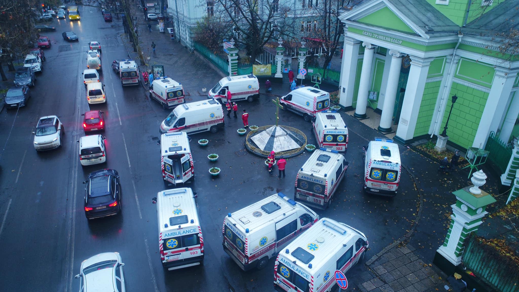 Скорые на Троицкой. Фото: Вячеслав Грубый