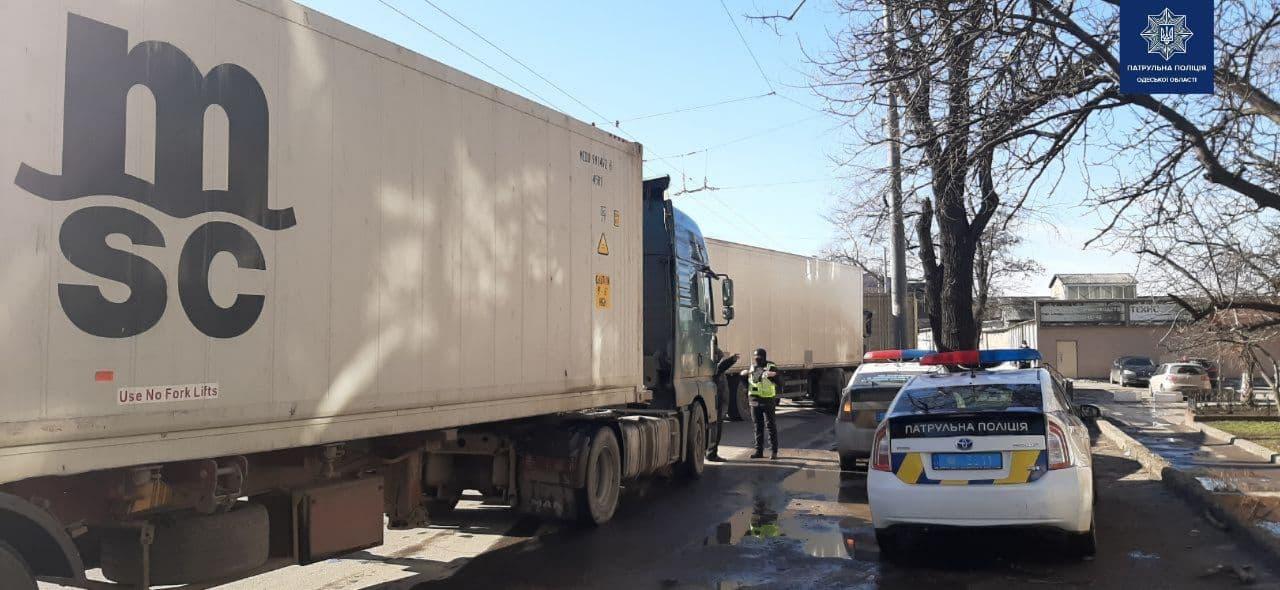 Грузовики возле Ивановского моста. Фото: Патрульная полиция