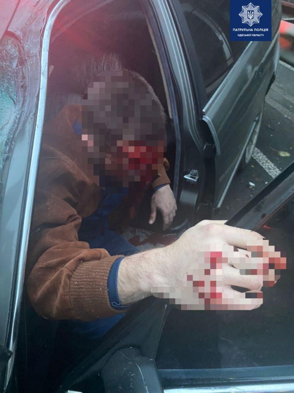 В Одессе мужчина угнал BMW и врезался в автобус: пострадали два человека. Фото патрульной полиции