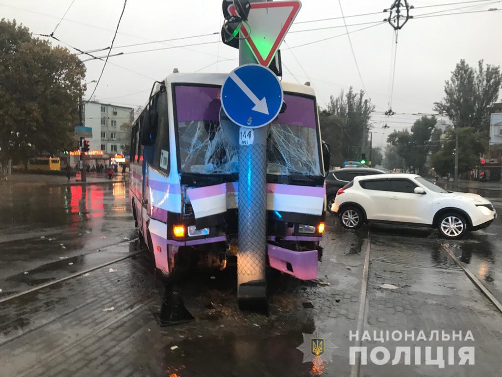 В Одессе маршрутка врезалась в столб: пострадали девять человек. Фото пресс-службы Нацполиции