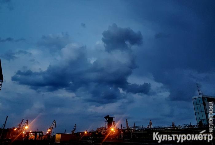"Облако в форме дракона над Одесским Морвокзалом. Фото: ""Культурометр"""