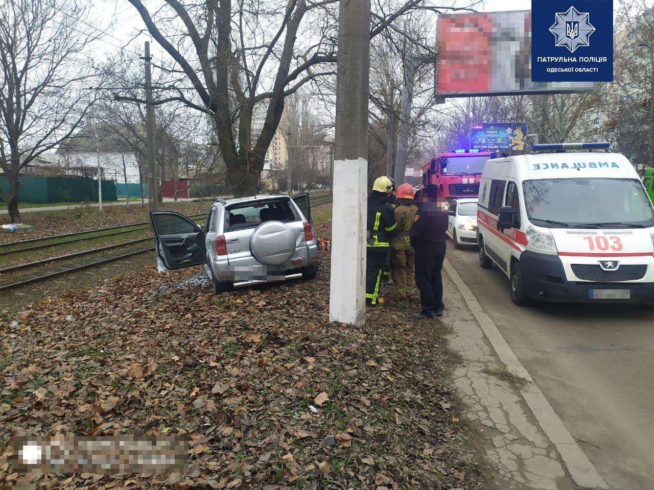 Смертельное ДТП: на поселке Котовского автомобиль врезался в дерево. Фото: патрульная полиция