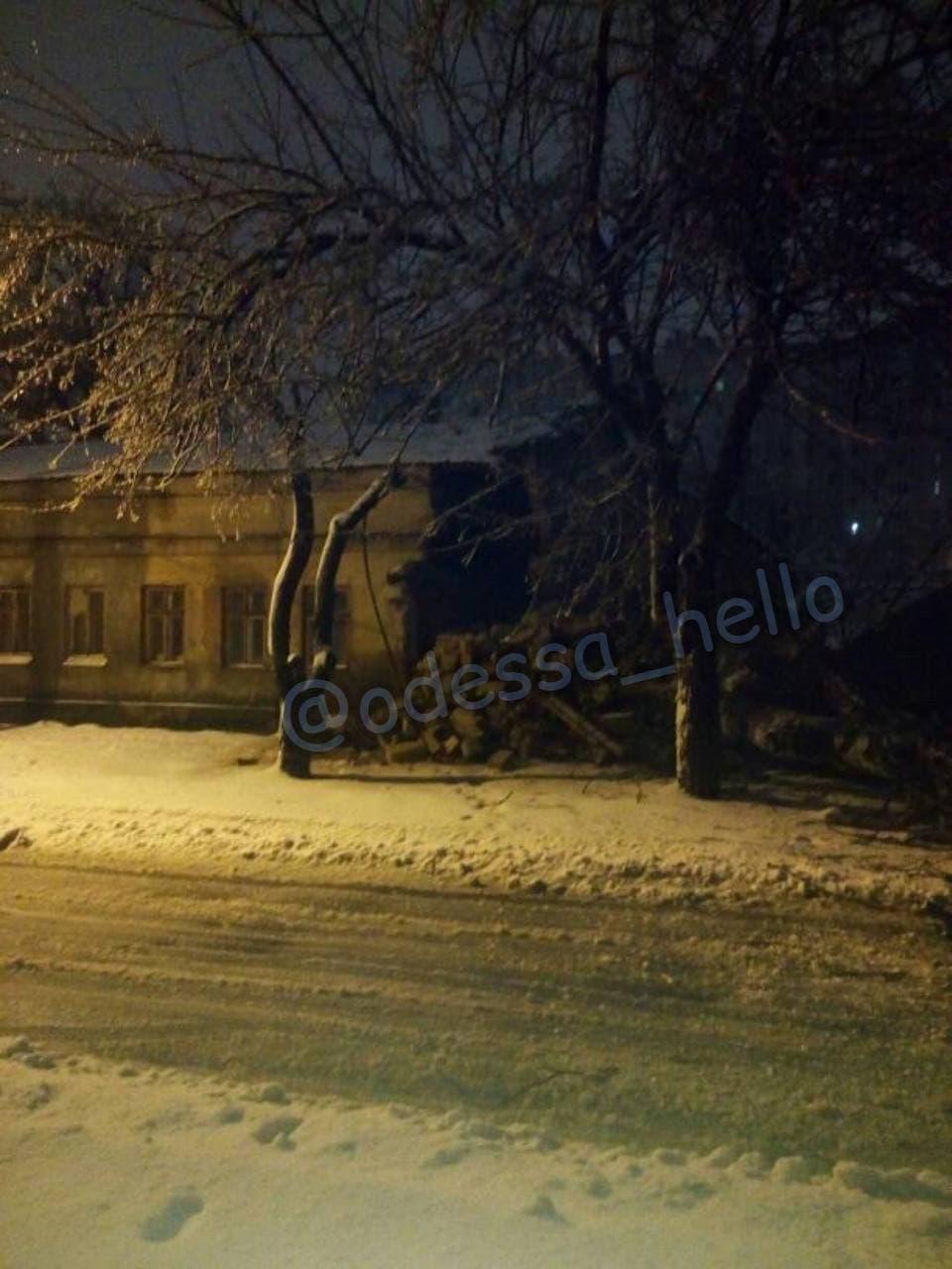 """На Головковского дерево разрушило часть дома. Фото: """"Подслушано Одесса"""""""