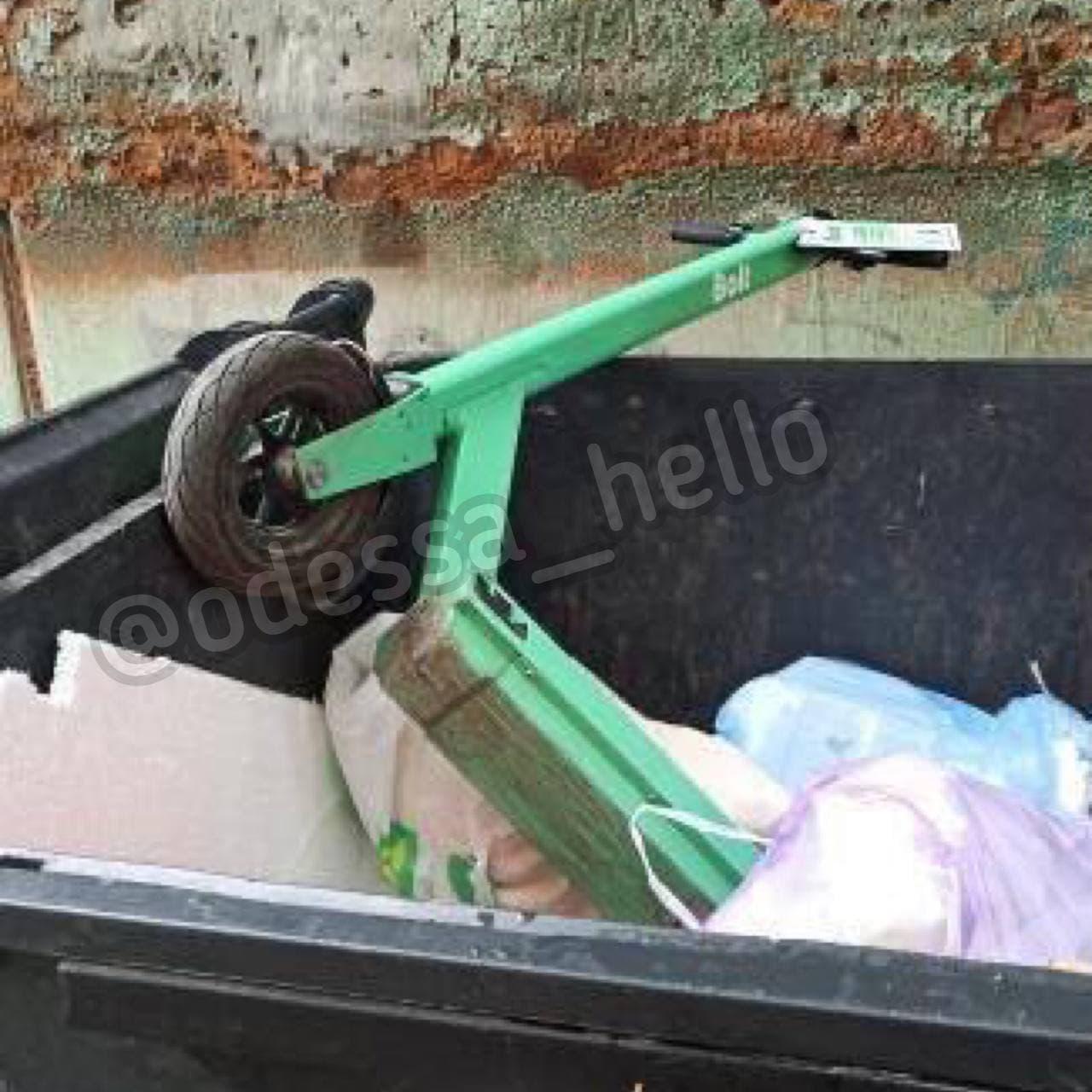 """В озере и мусорном баке: одесситы начали расправляться с арендованными самокатами. Фото: телеграм-канал """"Подслушано Одесса"""""""