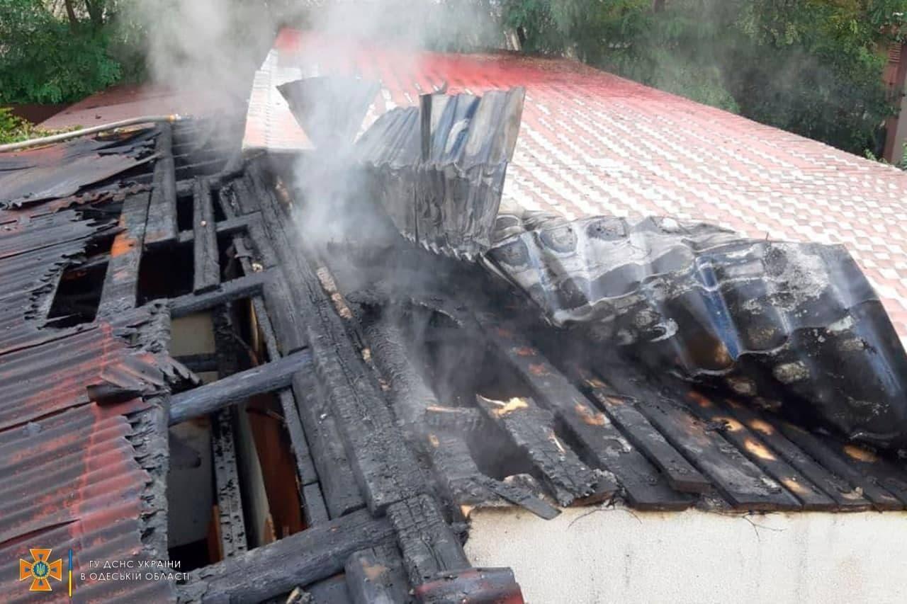 Клубы дыма на пол района: в Одессе сгорел гараж с автомобилем. Фото: ГСЧС