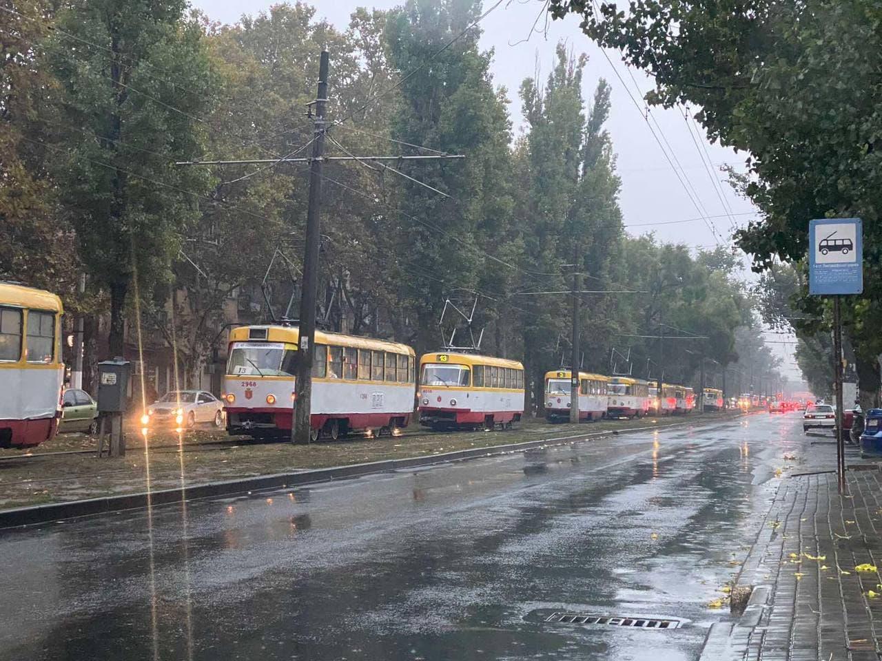 """14 октября 2021 года на 1-й станции Люстдорфской дороги стоят трамваи. Фото: """"Одесса.Реальная картина. Про ЖКЖ И не только"""""""