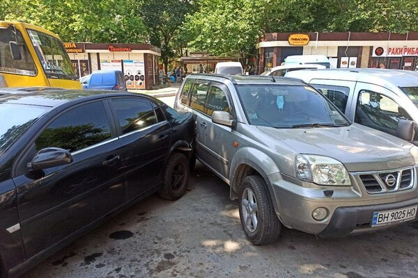 На Бочарова маршрутка протаранила автомобили: водителю стало плохо (обновлено) фото 1
