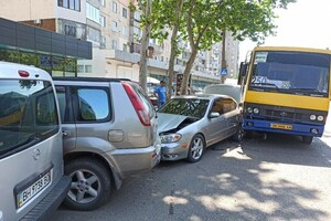 На Бочарова маршрутка протаранила автомобили: водителю стало плохо (обновлено) фото 2