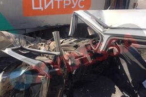 На Черемушках водитель легковушки въехал в трамвай: от машины остались обломки фото 1