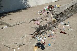 Сезон: на одесских пляжах оставляют горы мусора фото