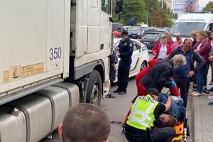 Не успела перейти дорогу: на поселке Котовского женщину сбила фура фото