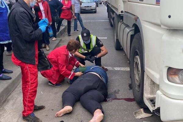 Не успела перейти дорогу: на поселке Котовского женщину сбила фура фото 1