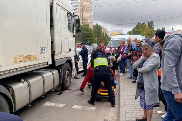 Не успела перейти дорогу: на поселке Котовского женщину сбила фура фото 2