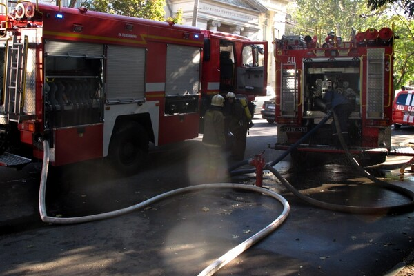 Языки пламени напугали прохожих: в центре Одессы горела квартира (обновлено) фото 3