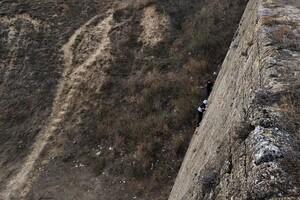 Завис на большой высоте: в Одессе спасли юного альпиниста фото