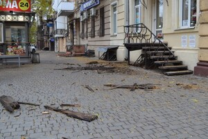 Очередное разрушение: в центре Одессы обвалился карниз старинного здания фото
