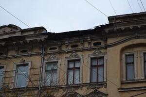 Очередное разрушение: в центре Одессы обвалился карниз старинного здания фото 1