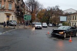 В центре Одессы произошло серьезное ДТП: авто отбросило на тротуар (обновлено) фото