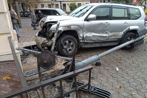 В центре Одессы произошло серьезное ДТП: авто отбросило на тротуар (обновлено) фото 2