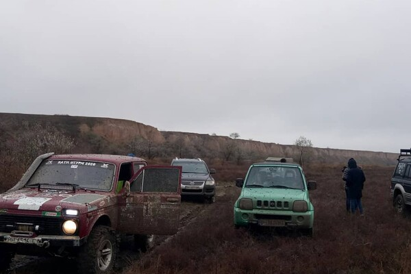 Впечатляющее зрелище: одесские автолюбители устроили заезд на Куяльнике фото 1