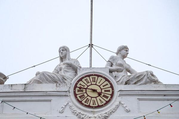 Из-за дрона: на здании Одесской мэрии снова повредили скульптуру  фото 1