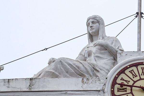 Из-за дрона: на здании Одесской мэрии снова повредили скульптуру  фото 2