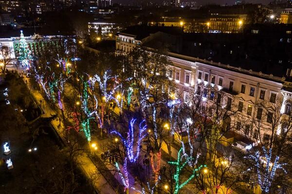 Сотни новогодних огней: как выглядит новогодняя Одесса с высоты фото 3