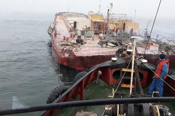 У одесского побережья тонула баржа с кукурузой: ее спасали три буксира фото