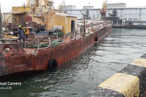 У одесского побережья тонула баржа с кукурузой: ее спасали три буксира фото 2