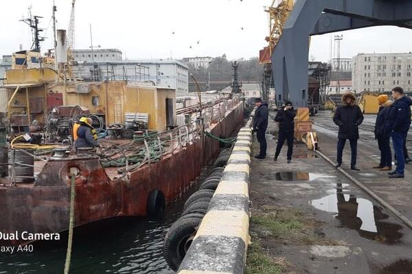 У одесского побережья тонула баржа с кукурузой: ее спасали три буксира фото 3