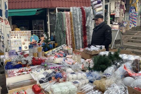 За день до Нового года: почем елки и украшения на Новом рынке фото 15