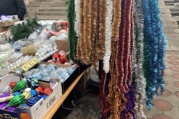 За день до Нового года: почем елки и украшения на Новом рынке фото 23