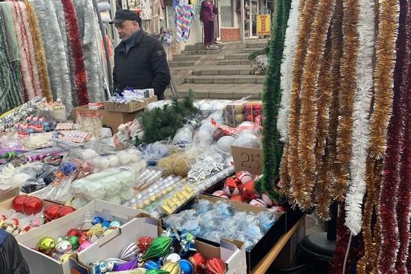 За день до Нового года: почем елки и украшения на Новом рынке фото 24