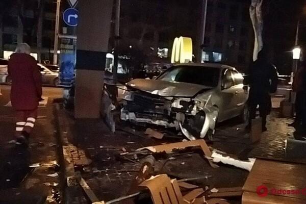На проспекте Шевченко авто влетело в McDonalds: есть пострадавшие фото 2