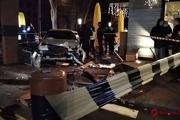 На проспекте Шевченко авто влетело в McDonalds: есть пострадавшие фото 3