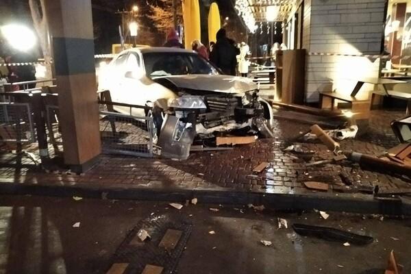 На проспекте Шевченко авто влетело в McDonalds: есть пострадавшие фото 5