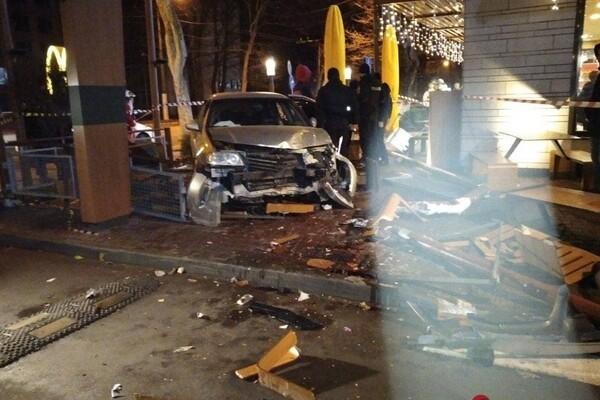 На проспекте Шевченко авто влетело в McDonalds: есть пострадавшие фото 6