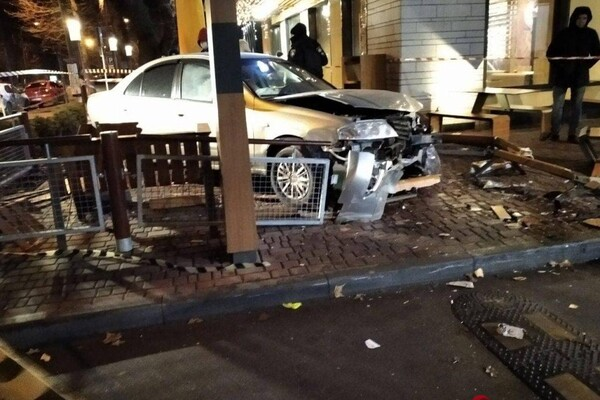 На проспекте Шевченко авто влетело в McDonalds: есть пострадавшие фото 7