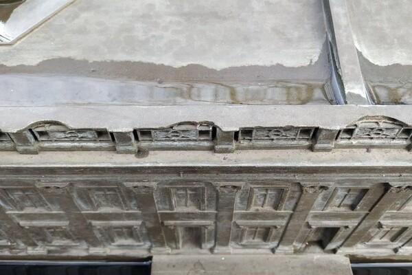 Очередной акт вандализма: в Одессе повредили мини-копию здания мэрии фото 1
