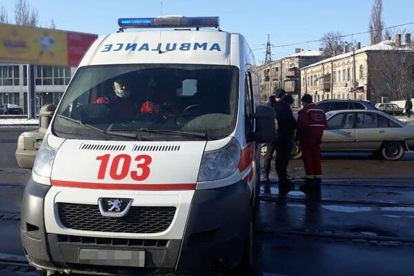 Решил не уступать дорогу: в Одессе Opel врезался в машину скорой помощи фото