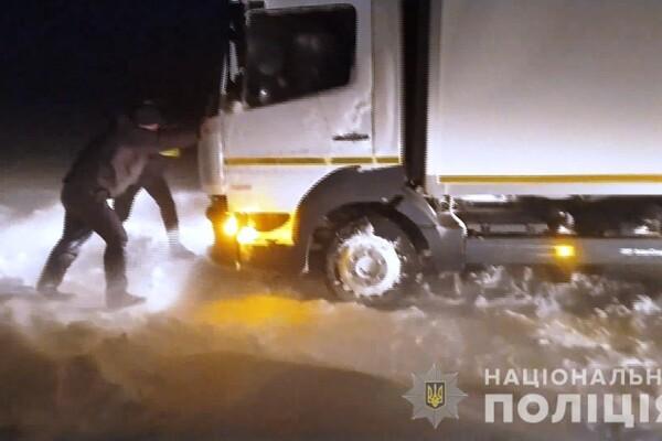 Люди ночевали в холодных машинах: какая ситуация на дорогах Одесской области фото 20