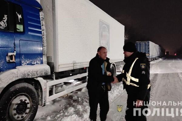 Люди ночевали в холодных машинах: какая ситуация на дорогах Одесской области фото 23