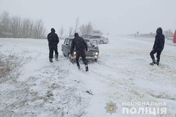 Люди ночевали в холодных машинах: какая ситуация на дорогах Одесской области фото 25