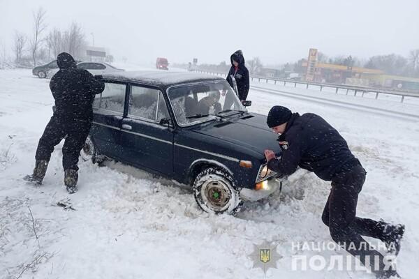 Люди ночевали в холодных машинах: какая ситуация на дорогах Одесской области фото 26