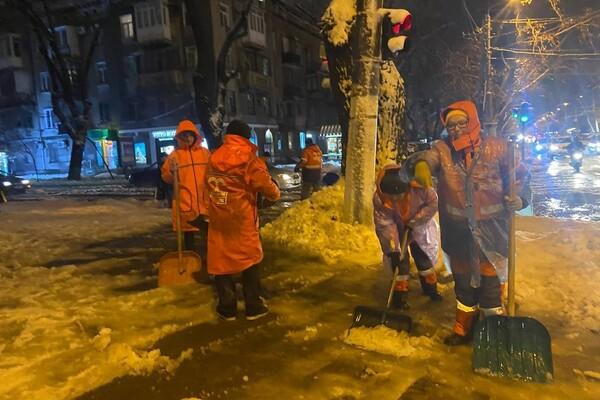 Снежная стихия: как одесские коммунальщики работают вторые сутки фото 5