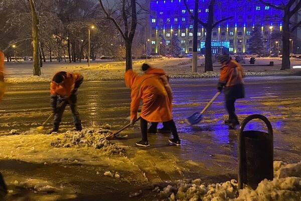 Снежная стихия: как одесские коммунальщики работают вторые сутки фото 8