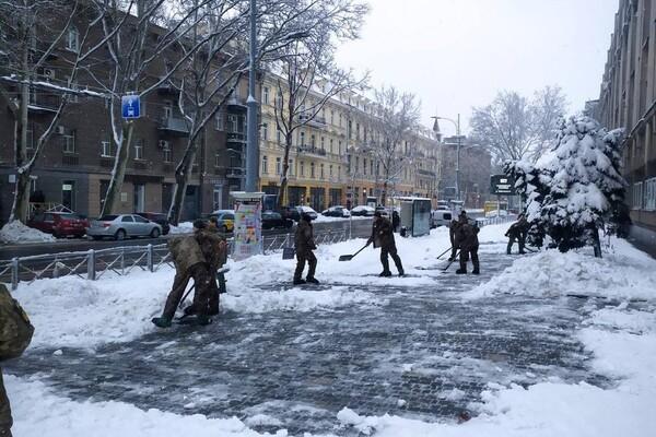 Снежная стихия: как одесские коммунальщики работают вторые сутки фото 13