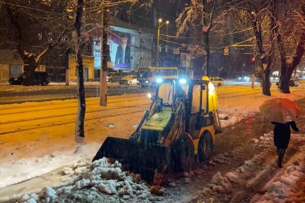 Снежная стихия: как одесские коммунальщики работают вторые сутки фото 17