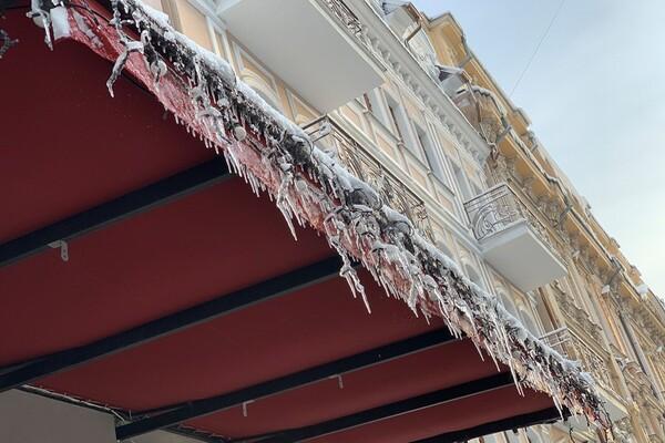 Обходи дома: одесситов предупреждают об опасных сосульках и снеге с крыш  фото