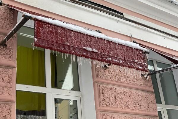 Обходи дома: одесситов предупреждают об опасных сосульках и снеге с крыш  фото 4